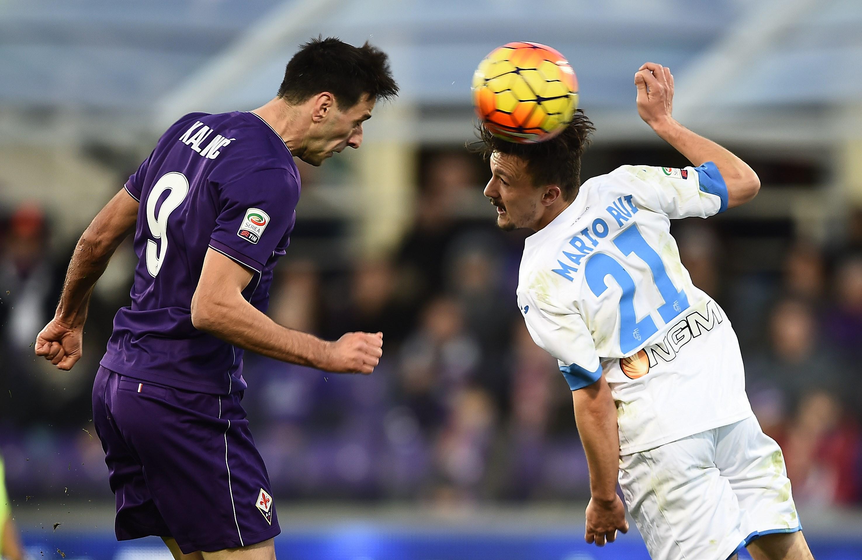 Fiorentina's forward from Croatia Nikola Kalinic (L) heads the ball to score during the Italian Serie A football match Fiorentina vs Empoli at the Artemio Franchi Stadium on November 22, 2015 in Florence.   AFP PHOTO / FILIPPO MONTEFORTE